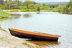 Träfartyg, ställningar på banken av dammet Royaltyfri Fotografi