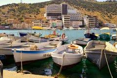 Träfartyg står vid pir på bakgrunden av hotellet på en solig dag Royaltyfria Foton