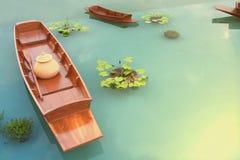 Träfartygen som svävar i dammet arkivfoto