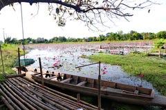 Träfartygparkering bredvid bambuflotten Arkivbilder