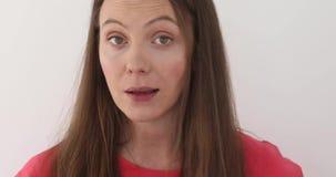 Träffande berättelse ung brunettkvinna stock video