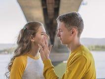 Träffas par av tonåringar på invallningen av floden royaltyfri fotografi
