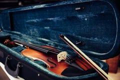 Träfiol på dess fall Blått sammetfiolfall på musiklagret eller att shoppa royaltyfri fotografi