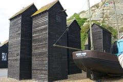 Träfiskarekojor på Hastings, England arkivbilder