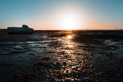 Träfiskebåt på solnedgången på stranden Royaltyfri Foto
