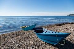 Träfiskebåtar på havet Pebble Beach Royaltyfri Fotografi