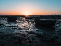 Träfiskebåtar på stranden på solnedgången Royaltyfri Bild