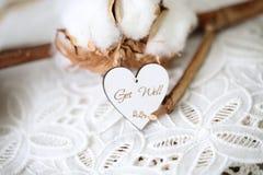 Träformad hjärta med skriftliga ord drömmer stort på den, tappningstilsort royaltyfria bilder