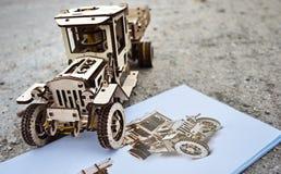 Träformgivare Ugears Det är en modell av en bil som göras av trä, endast gjort av trä royaltyfri bild