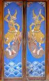 Träforntida thailändsk stildörr på Wat Poramaiyikawas Worawihan, Koh Kret, Nonthaburi royaltyfria bilder