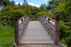 Träfotbro till trädgården för Tsuru öjapan Royaltyfria Bilder