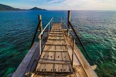 Trägångbana över sanddyerna till stranden Fotografering för Bildbyråer