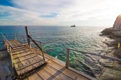 Trägångbana över sanddyerna till stranden Royaltyfria Bilder