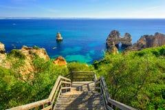 Trägångbana till den hemliga stranden nära Lagos på Ponta da Piedade Algarve region Arkivfoton