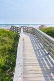 Trägångbana till havstranden Arkivfoton