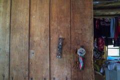Trägammal dörr i byhus royaltyfri foto