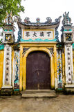 Trägammal dörr i vietnamesisk tempel Fotografering för Bildbyråer