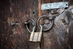 Trägammal dörrar och hänglås, Bulgarien, Jeravna Royaltyfri Fotografi