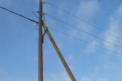 Trägammal 0 4 kV kraftledningservice med trådar och isolatorer på bakgrund för blå himmel arkivfoton