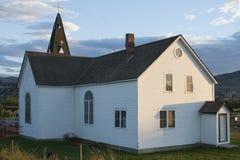 Trägammal kyrka på solnedgång Arkivbild