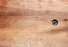 Trägammal skärbrädabakgrund med knivfläckar och ett runt hål royaltyfria foton