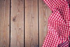 Trägammal tabell med den kontrollerade bordduken ovanför sikt Royaltyfri Fotografi
