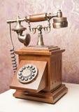 trägammal telefon Tappningträtelefon på den vita tabellen retro Royaltyfri Foto