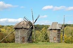 trägammal windmill Royaltyfri Foto