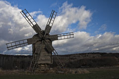 trägammal windmill Royaltyfria Bilder