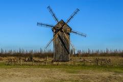 trägammal windmill Royaltyfri Bild
