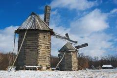 trägammala windmills Arkivfoton