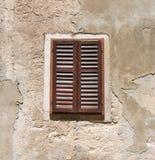 trägammalt fönster Arkivbild