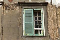 trägammalt fönster Arkivfoton