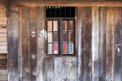 trägammalt fönster Royaltyfri Foto