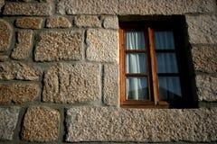 trägammalt fönster för hus Arkivfoton