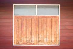 trägammalt fönster Thailand traditionell stil royaltyfri fotografi