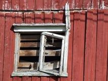 trägammalt förstört fönster för hus Royaltyfria Foton