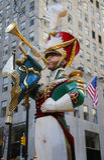 Trägarnering för jul för cymbaler för krasch för leksaksoldat på den Rockefeller mitten i midtownen Manhattan Royaltyfria Bilder