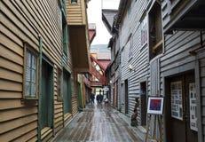Trägata i Bryggen, Bergen Norway Arkivfoto