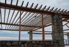 Trägazebo på havsbakgrunden Royaltyfri Fotografi