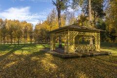 Trägazeboen i hösten parkerar Gorky Leninskie, Lenin kullar, Ryssland, det sista läget av Lenin arkivfoto