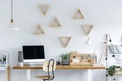 Trägeometriska ramar på väggen royaltyfri foto