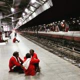 Träger, der auf den Zug nachts wartet Stockfotos