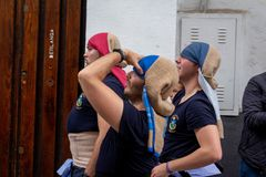 Träger während Semana Santa Cordoba stockbild