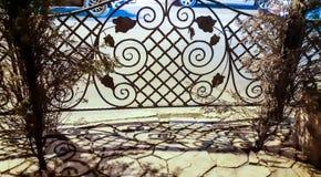 Träger werden im Glas des Einkaufszentrums reflektiert Schönes dekoratives Gitter stockfoto