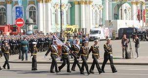 Trägergruppe Offiziere auf dem Marsch Stockbild