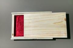 Trägolv i en röd sammetask Arkivfoto