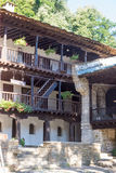 Trägolv i passagerna i den Troyan kloster i Bulgarien Arkivfoto