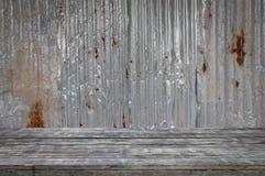 Trägolv med gammal textur för tak för metallark Modell av det gamla metallarket Royaltyfri Bild