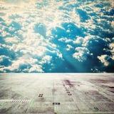 Trägolv med himmelbakgrund arkivfoton
